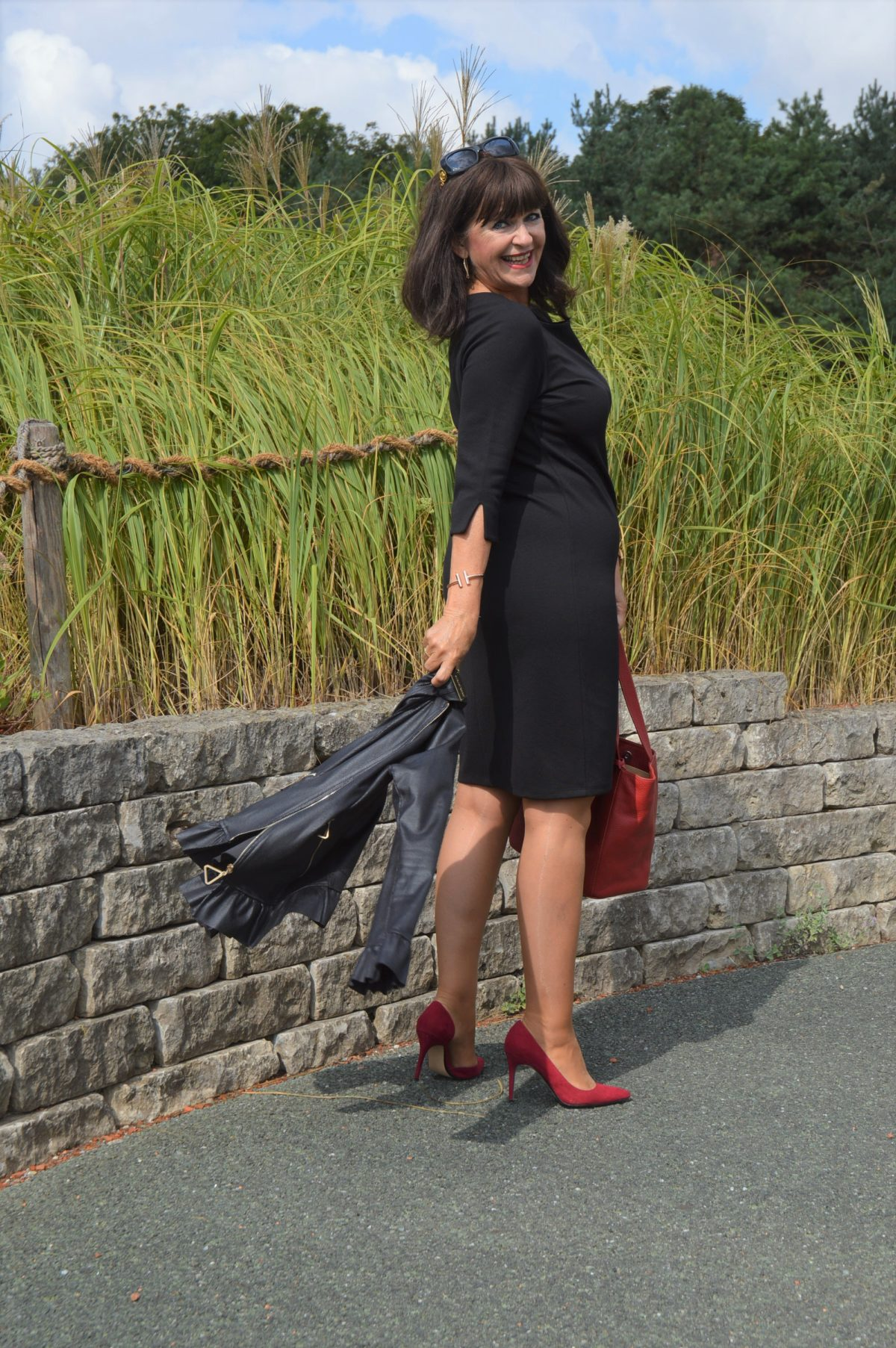 Schickes Schwarzes Kleid rote Schuhe