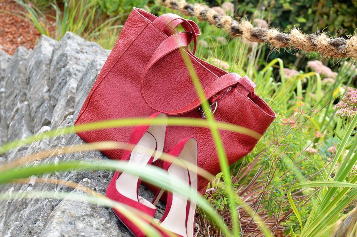 rote Tasche rote Schuhe