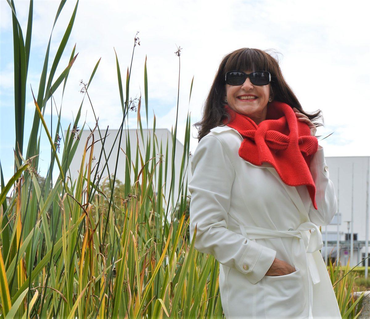 roter Schal weißer Trenchcoat