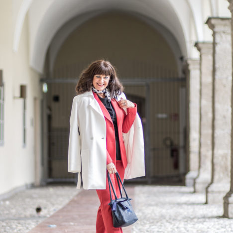 Roter Hosenanzug mit Mantel