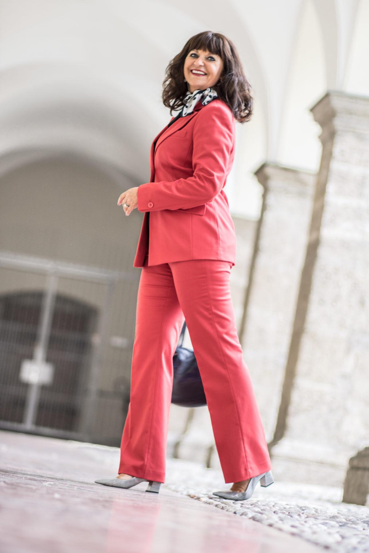Rot der Statement Anzug