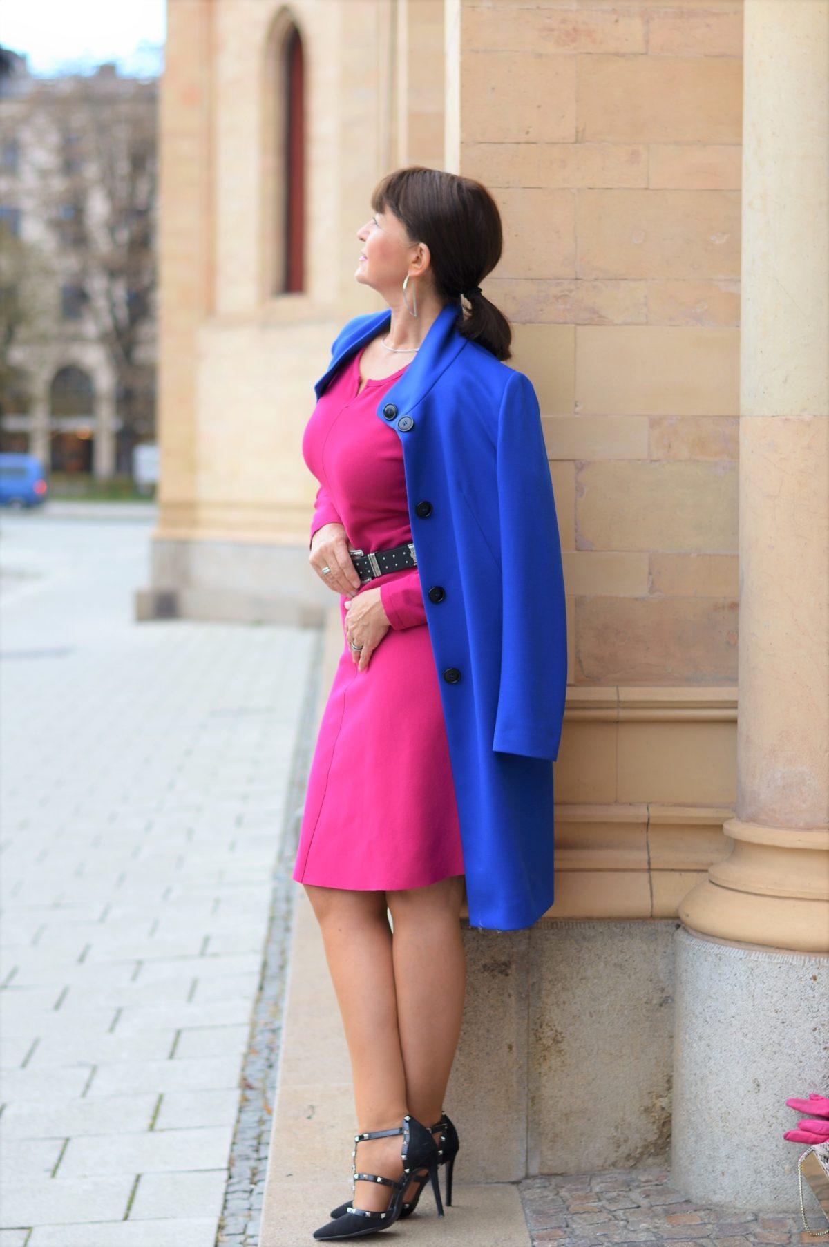 Kleid pink mit Mantel blau
