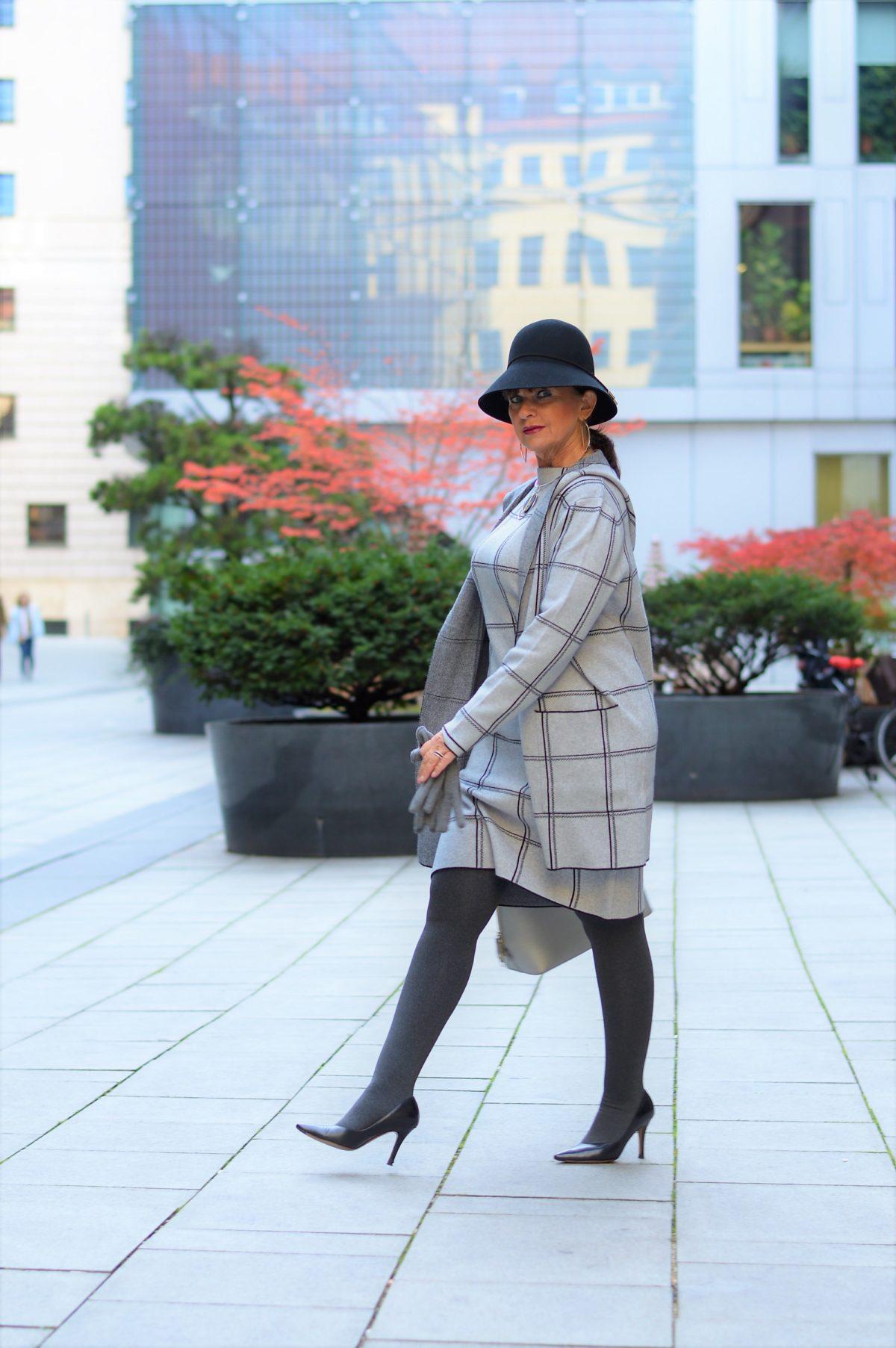 schick in strick modetrend strickkleid in grau raffiniert kombinieren martina berg lady 50plus. Black Bedroom Furniture Sets. Home Design Ideas