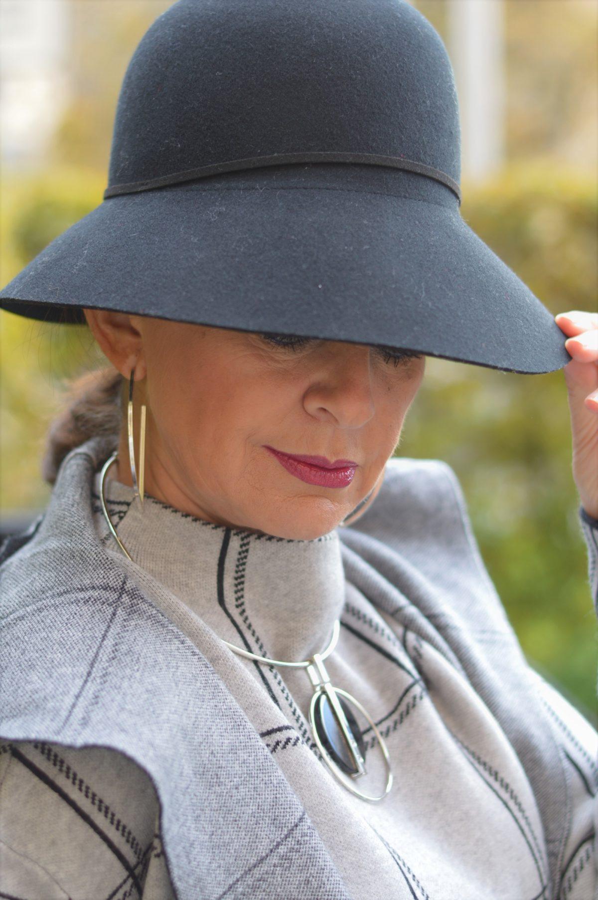 schwarzer Hut zu grau