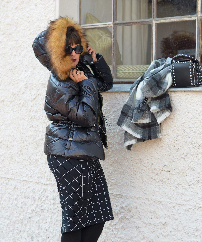 Daunenjacke schwarz mit Kleid