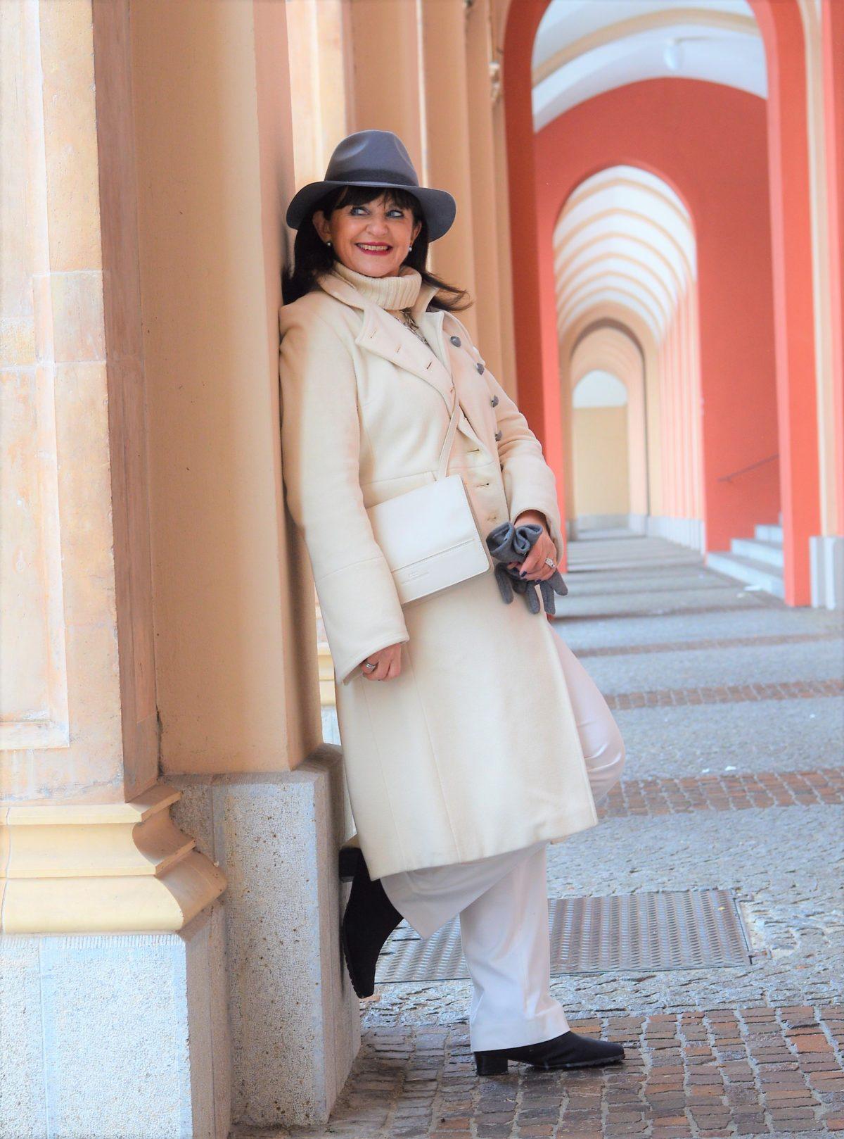 Weißer Mantel mit weißer Hose