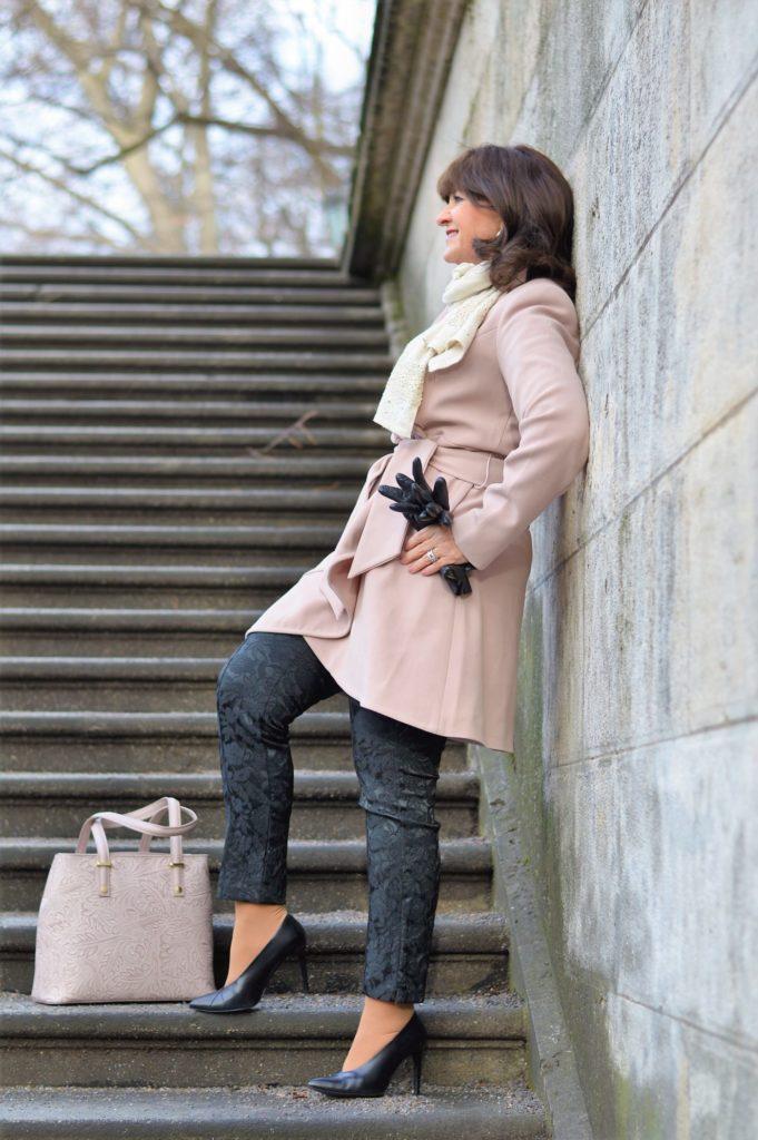 Modetrend 2019: Femininer Mantel in der Trendfarbe Pressed Rose