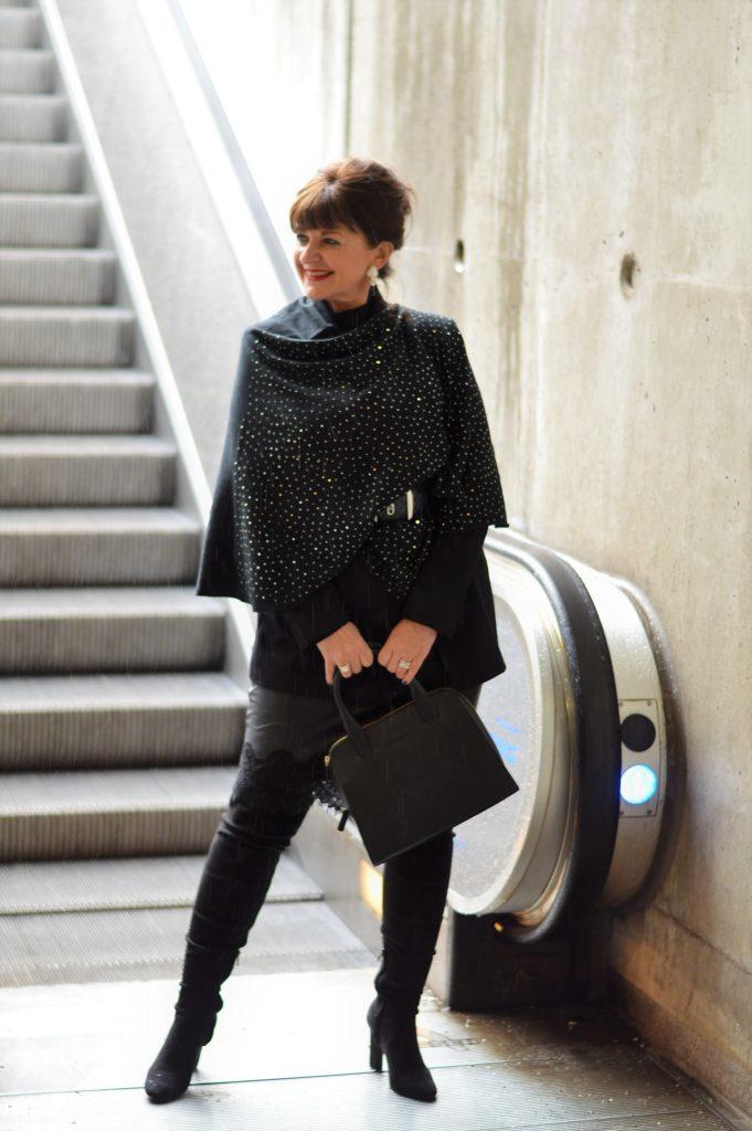 schwarzer Lederrock mit Spitze