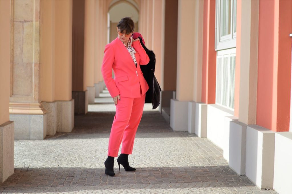 Cooler pinkfarbiger Hosenanzug mit Styling Tipps