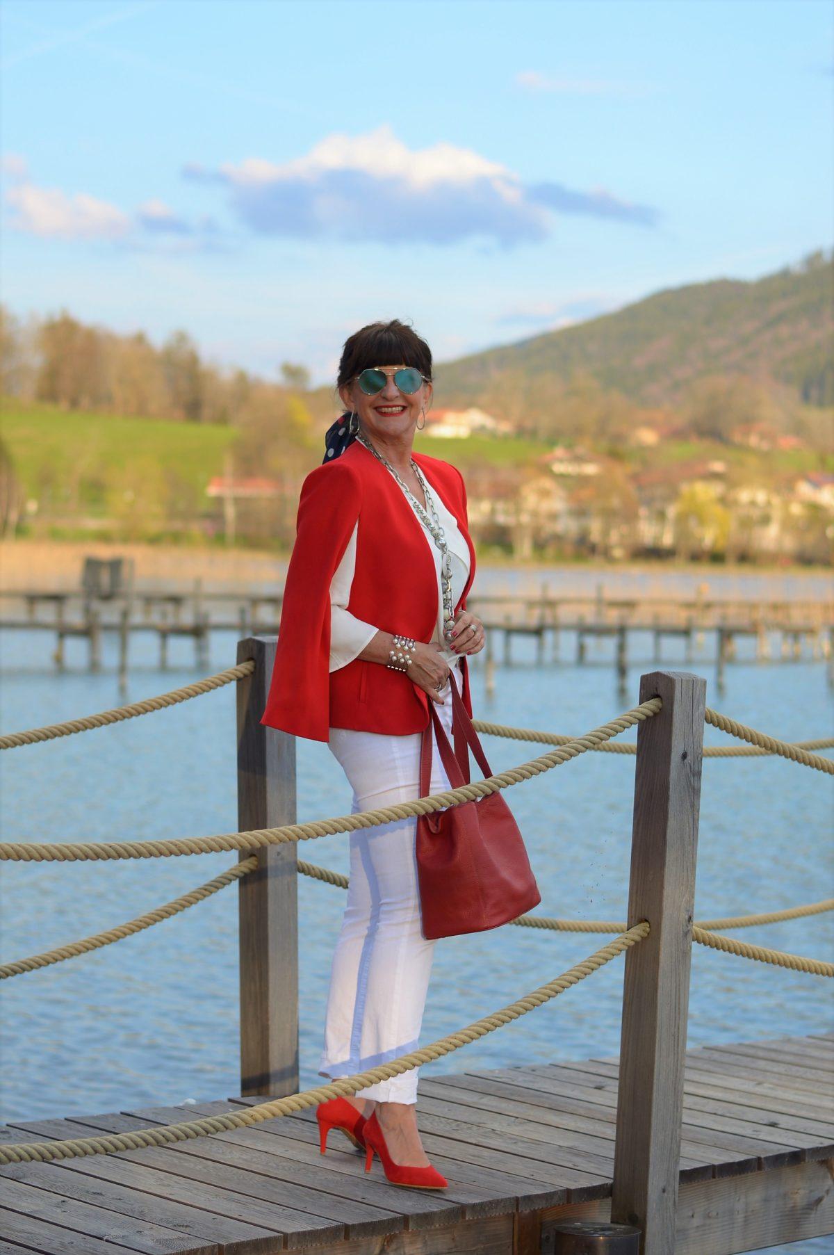 7 Looks für 7 Tage in weißer Jeans mit rotem Cape