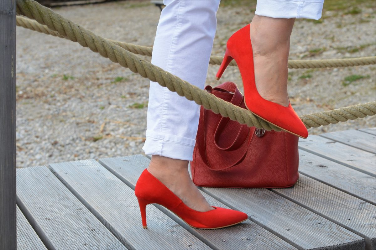 rote Highheels, rote Tasche