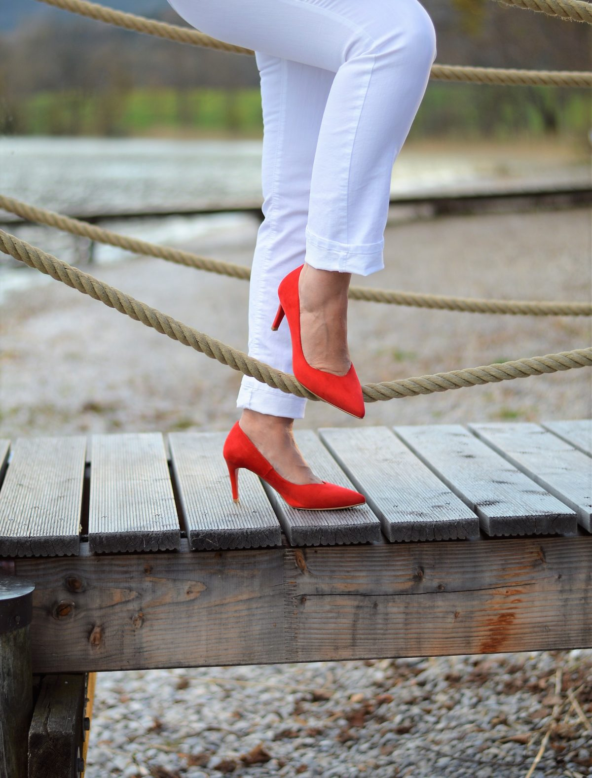 Rote Highheels am See