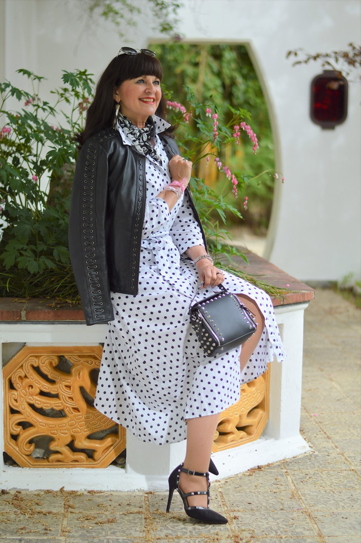 Hemdblusenkleid und Lederjacke