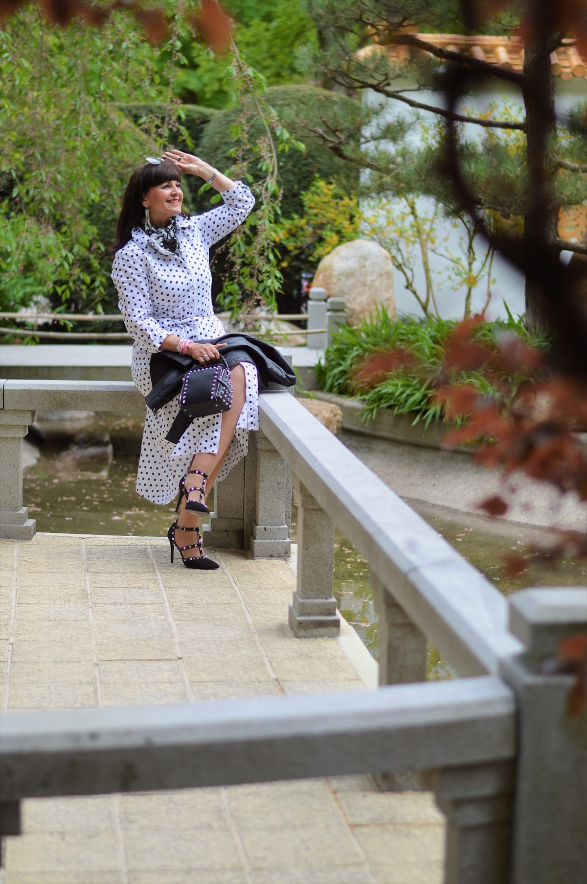 Hemdblusenkleid mit Tupfen im Park