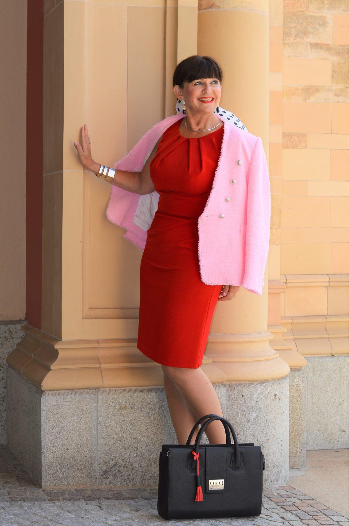 Tasche und rotes Kleid