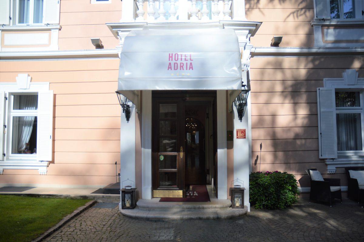 Eingang zum Hotel Adria Meran