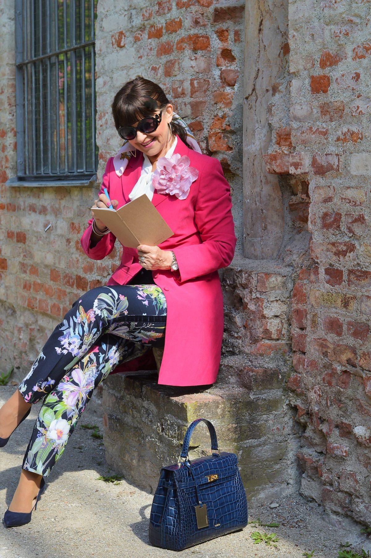 Sommerhose mit pinken Blazer