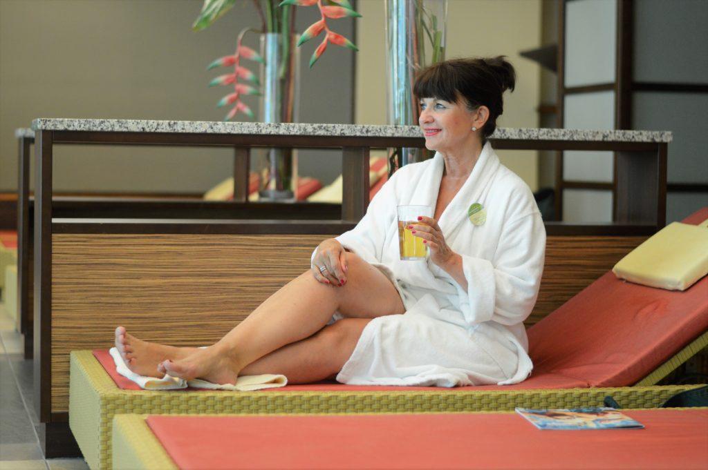 Lady 50plus im Wellnessbereich