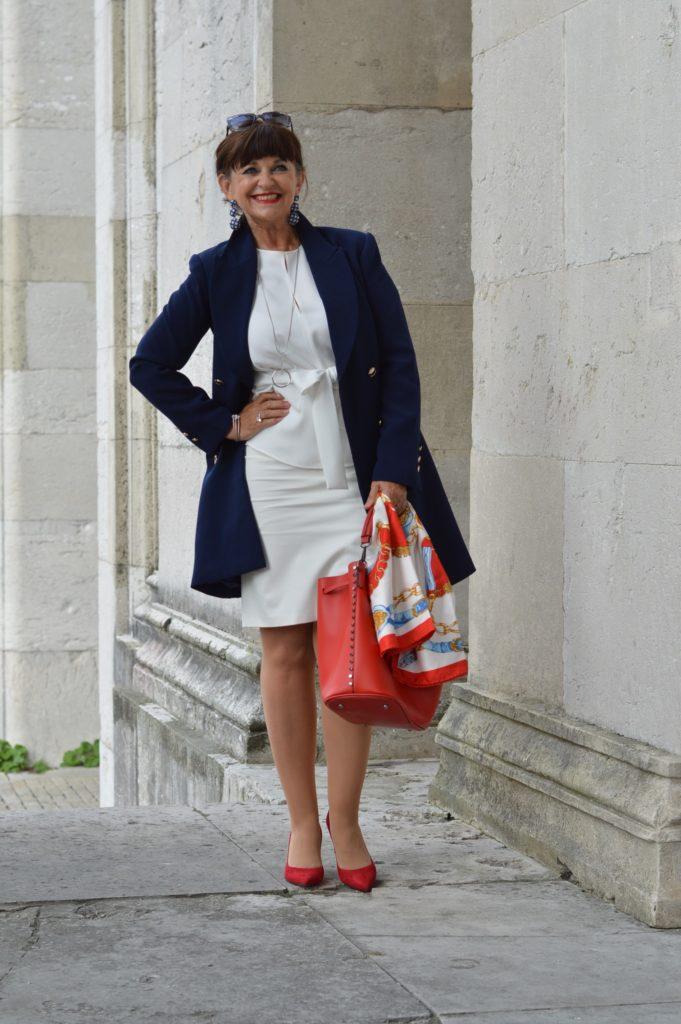 blauer Mantel mit weiß