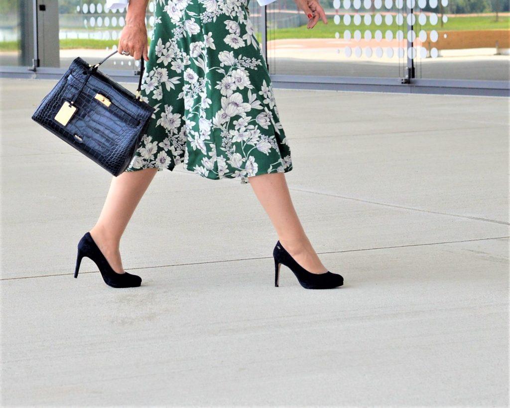 Blaue Schuhe und Handtasche