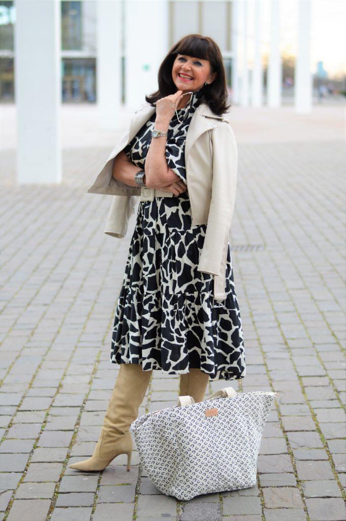 Frühlingslook mit Lederjacke und Stiefeln