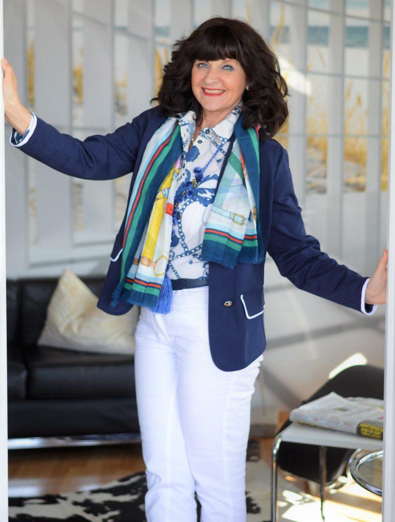 weiße Jeans mit blauem Blazer