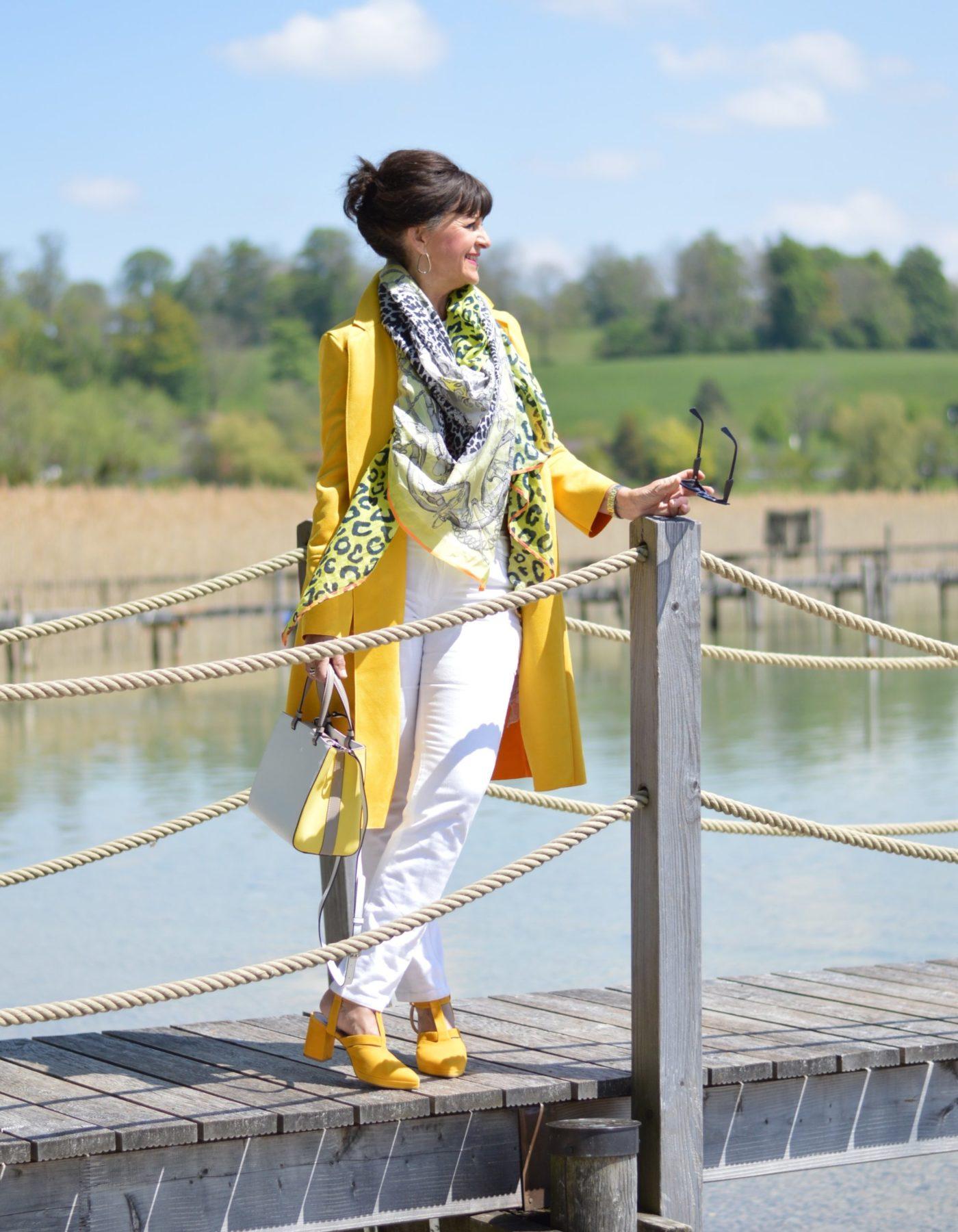 Gelber Mantel am Tegernsee