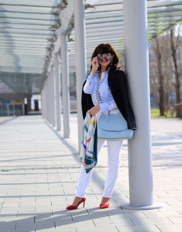 weiße Jeans mit hellblauer Bluse