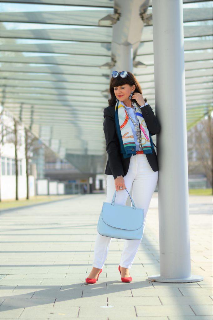 Maritimer Look mit weißer Jeans