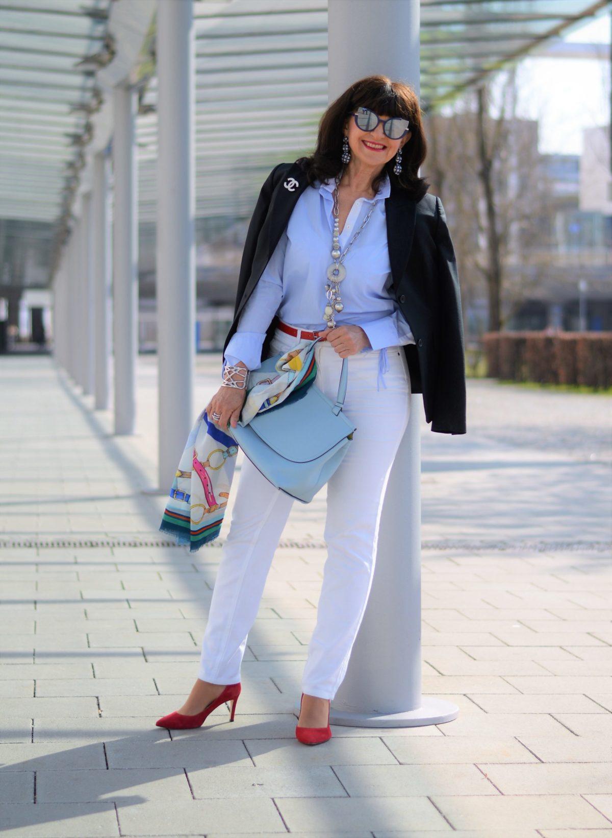 weiße Jeans mit Blazer dunkelblau