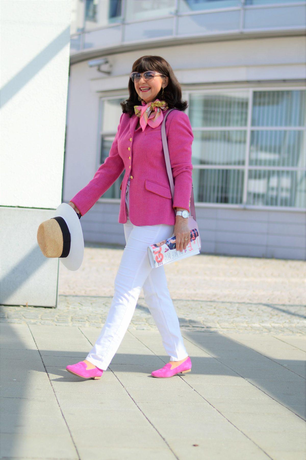 weiße Jeans mit Trachtenblazer in Pink