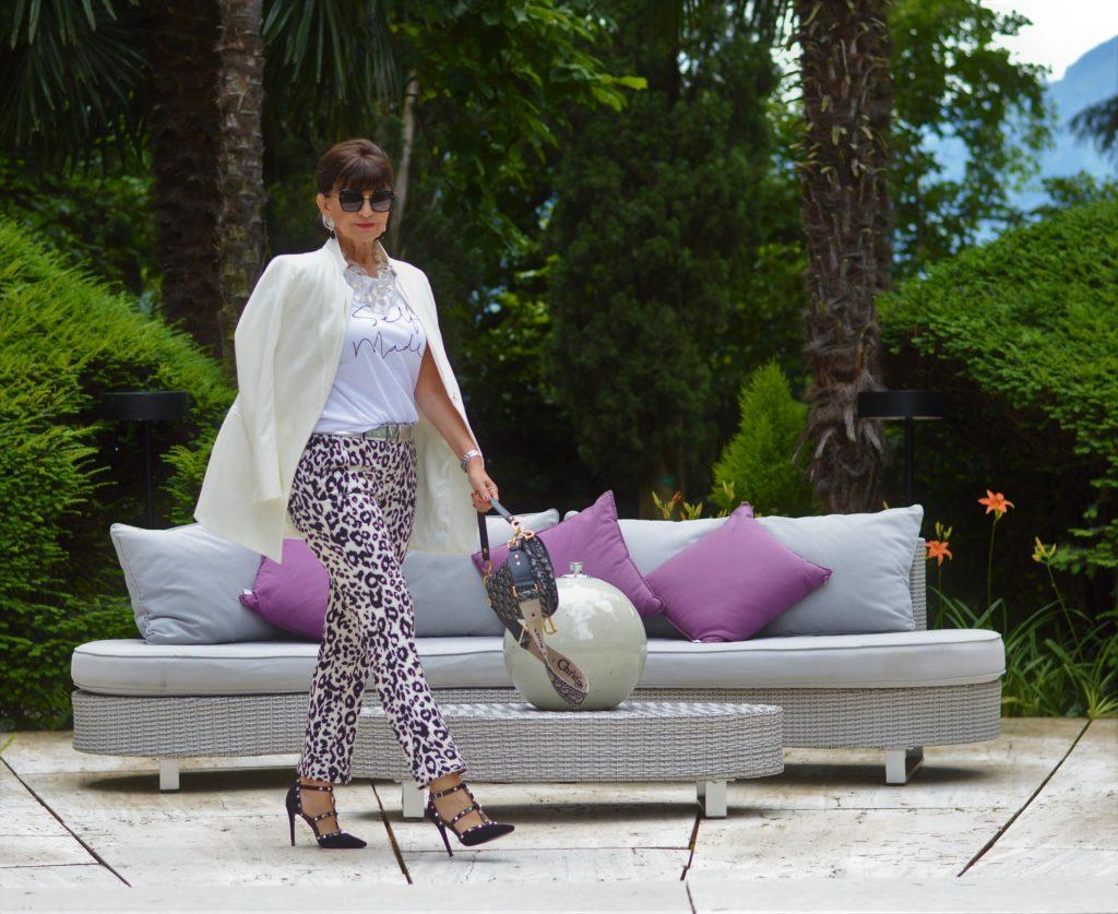 Hose mit Animal Print und weißer Blazer