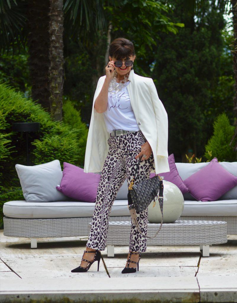 Weißer Blazer und Hose mit Animal Print