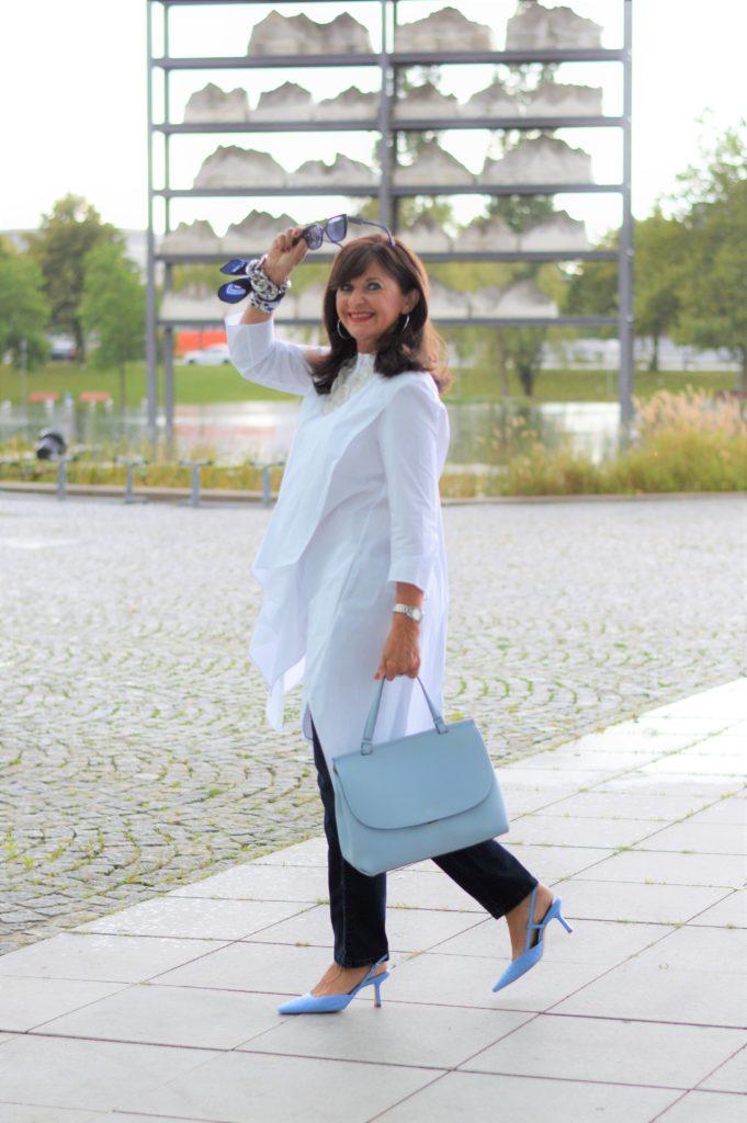 Jeans mit weißer Bluse kombinieren