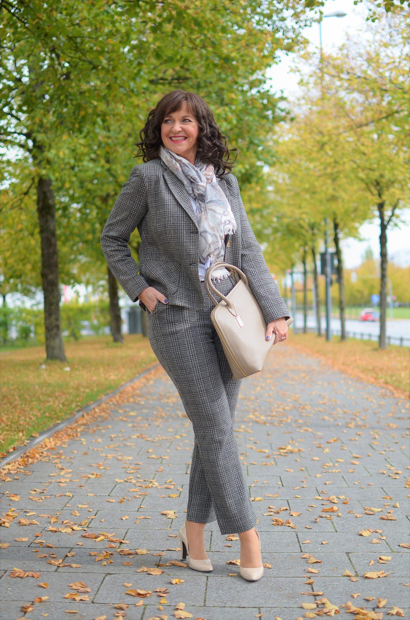 Lady 50plus im karierten Hosenanzug von MONA