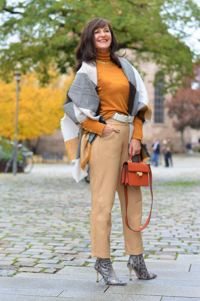 Herbst-Outfit - Rollkragenpullover mit Schal