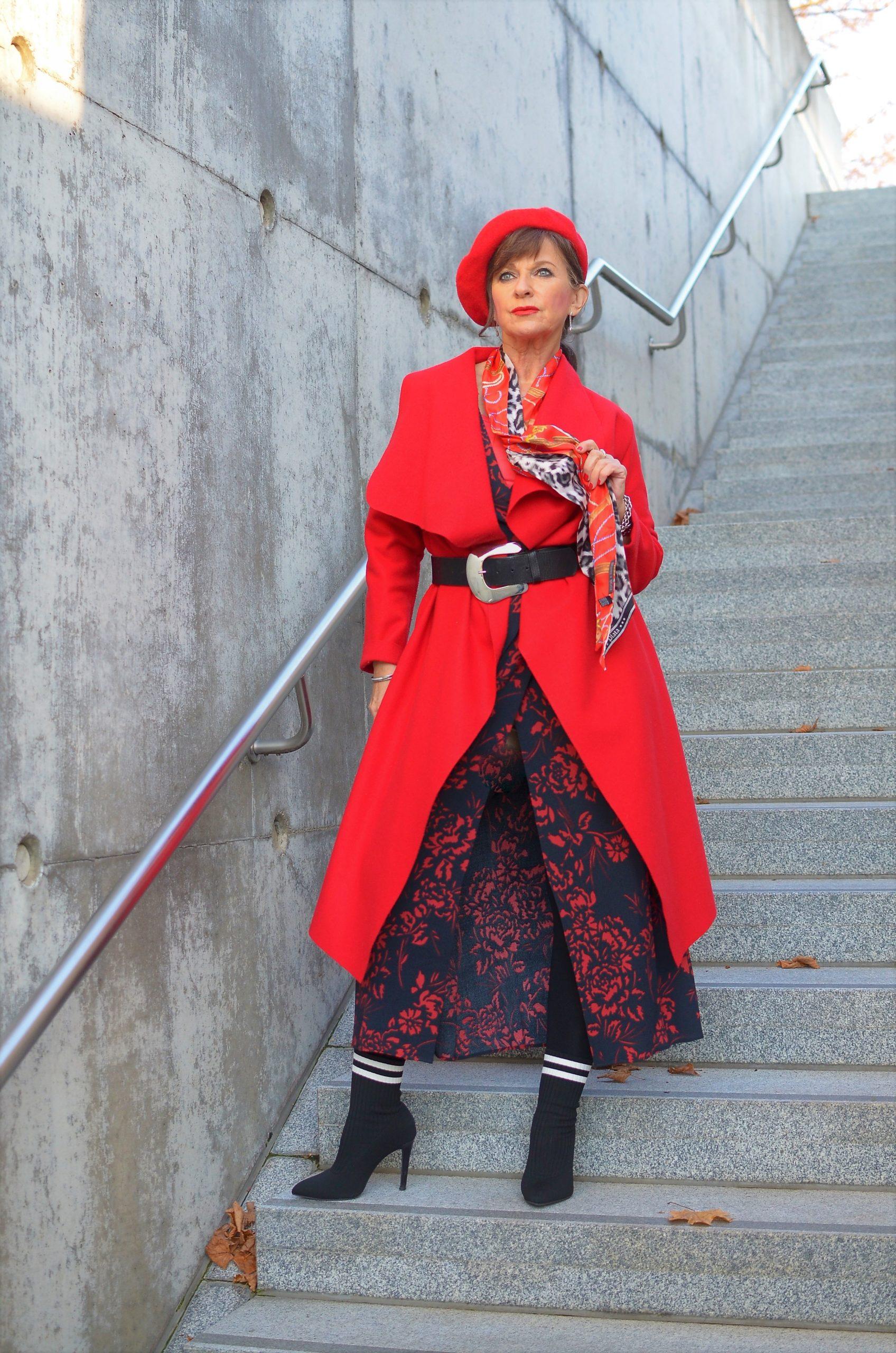 Maxikleid mit rotem Mantel