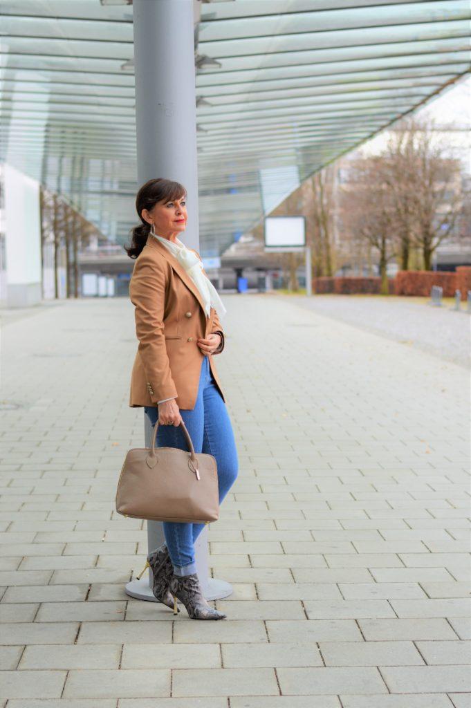 Jeans mit Blazer und Bluse