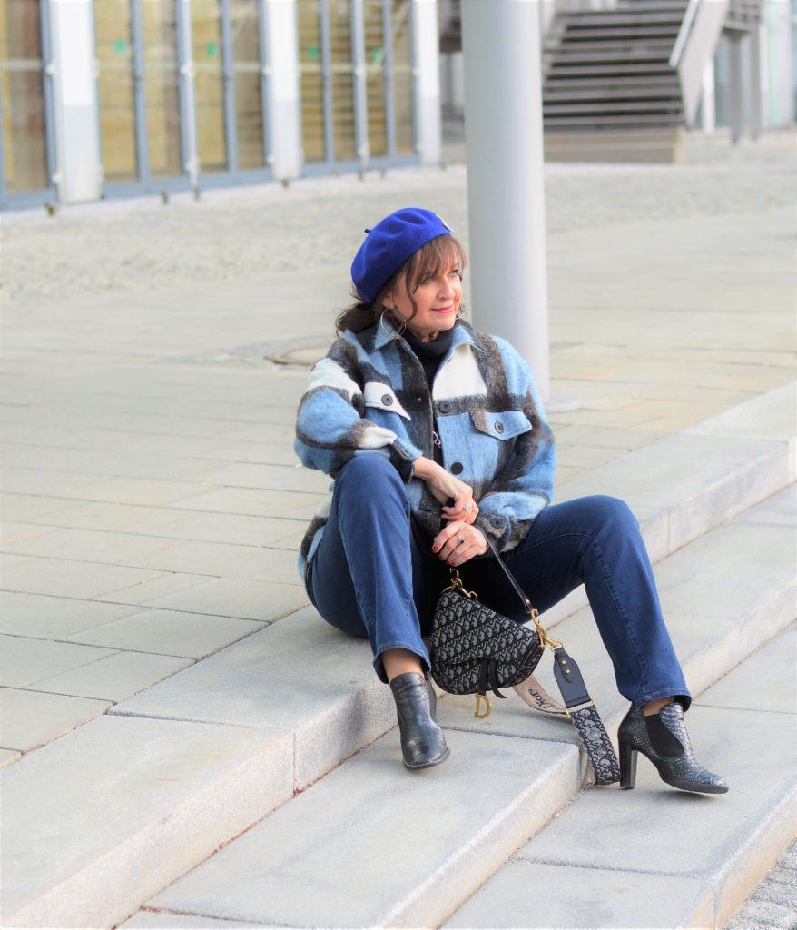 Karo-Jacke mit Jeans kombiniert