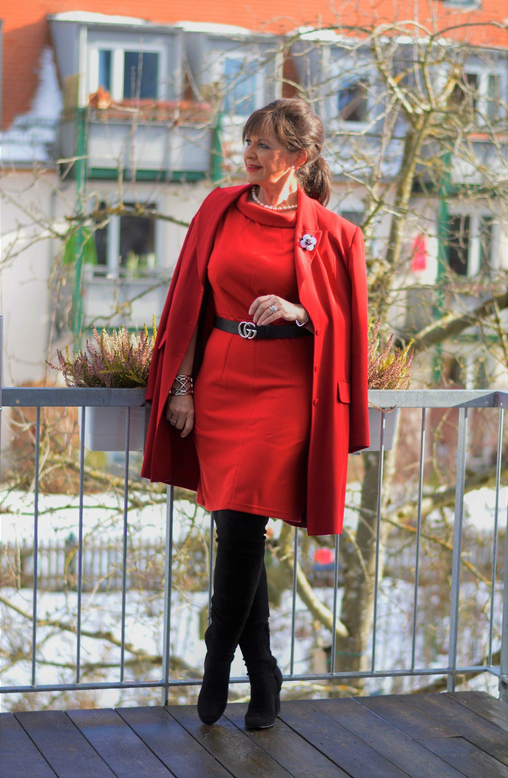 Frauen 50plus im roten Kleid