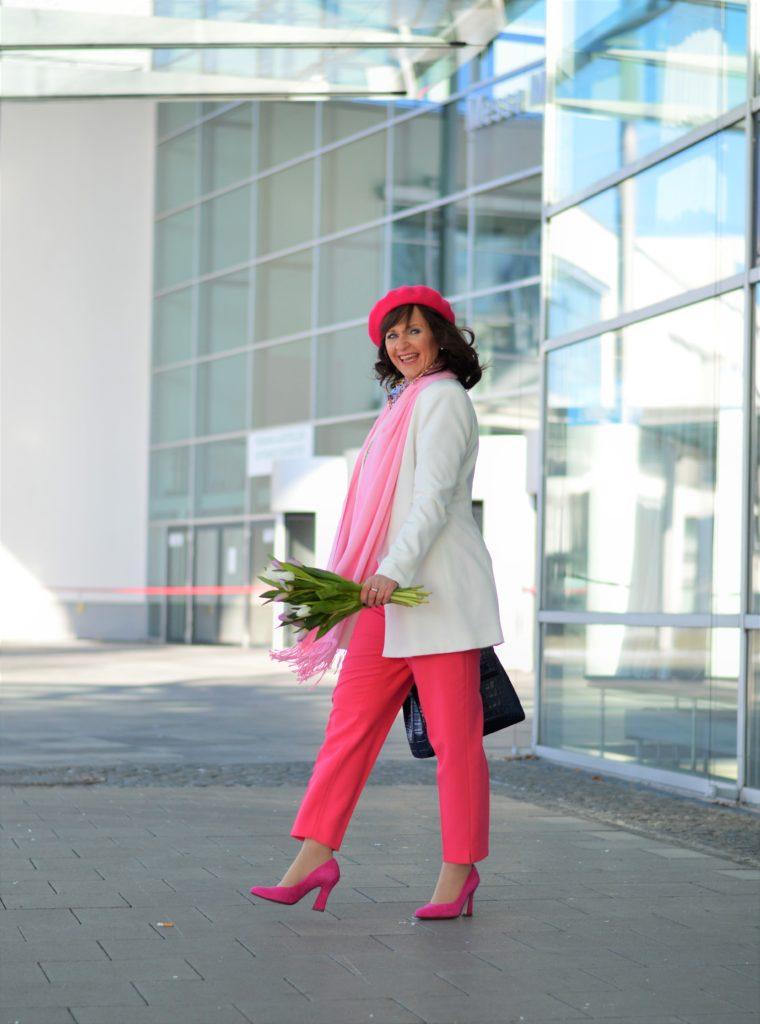 Weißer Longlbazer mit pinker Hose